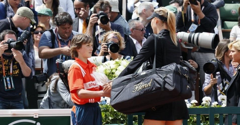 Maria Sharapova recebe flores antes da final em Roland Garros