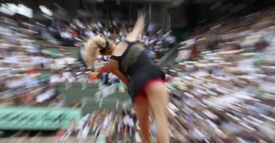 Maria Sharapova saca durante duelo contra a italiana Sara Errani