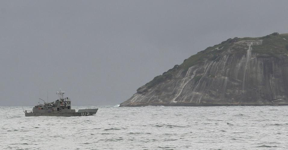 Navio da Marinha brasileira navega de prontidão na orla de Ipanema