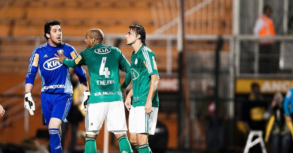 Palmeirense Thiago Heleno (ao centro) tenta acalmar o goleiro Bruno em partida contra o Atlético-MG no Pacaembu