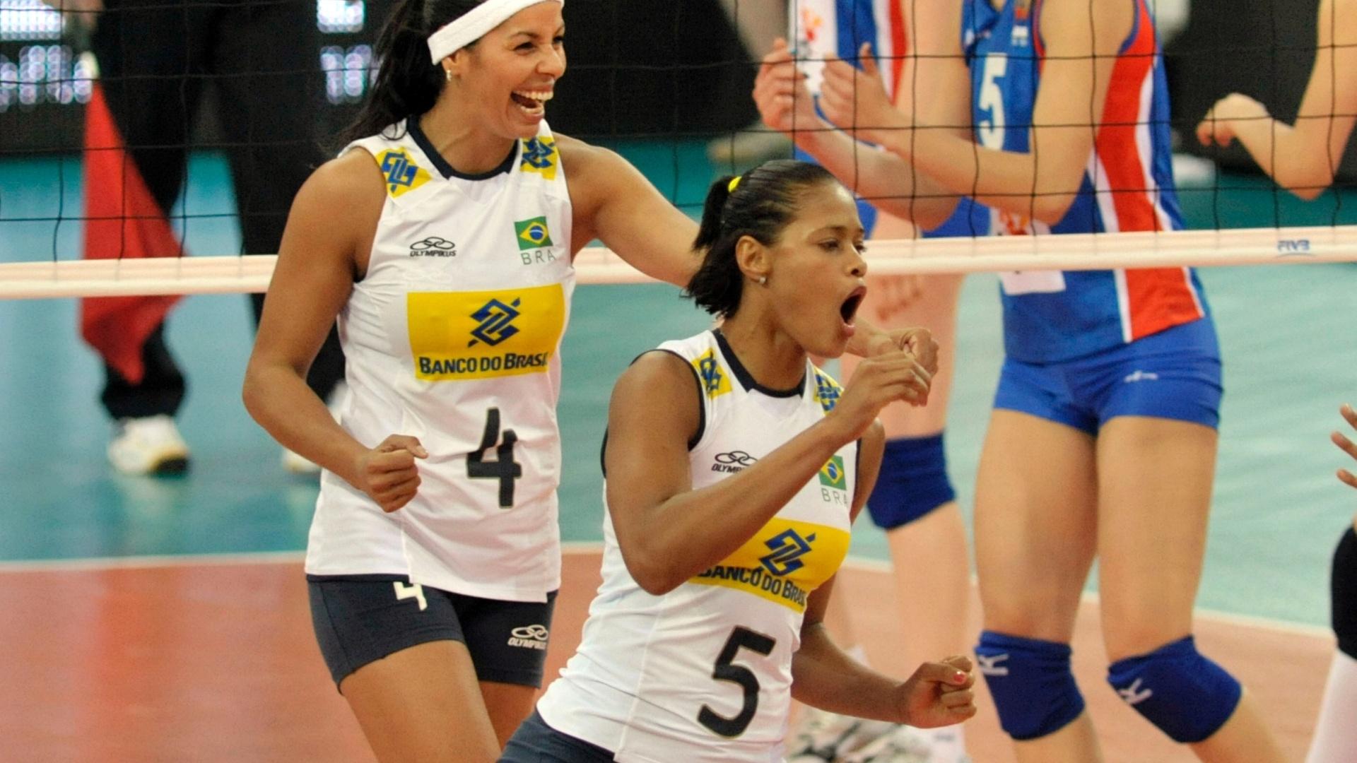 Paula Pequeno e Adenízia comemoram ponto brasileiro contra a Sérvia pelo Grand Prix