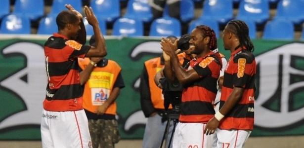Renato Abreu comemora gol do Flamengo com Vagner Love e Diego Mauricio (09/06/2012)