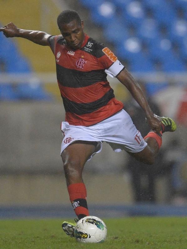 Renato Abreu, meia do Flamengo, prepara chute durante jogo contra o Coritiba pelo Brasileiro