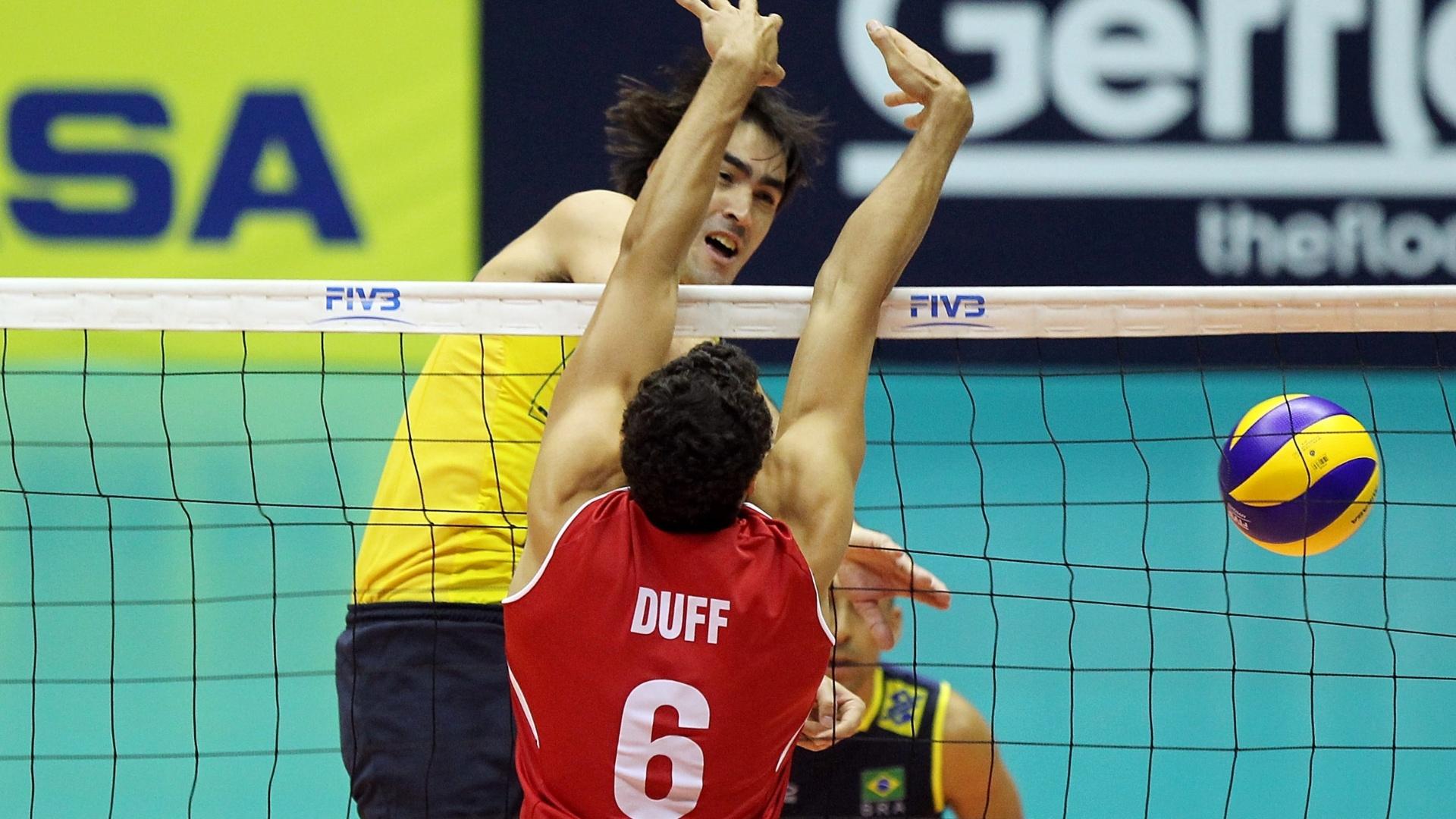 Rodrigão para no bloqueio de Duff na partida entre Brasil e Canadá pela Liga Mundial de Vôlei