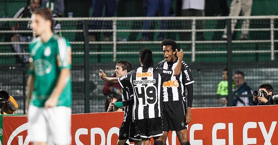 Ronaldinho Gaúcho comemora com Jô (d) após gol do atacante pelo Atlético-MG