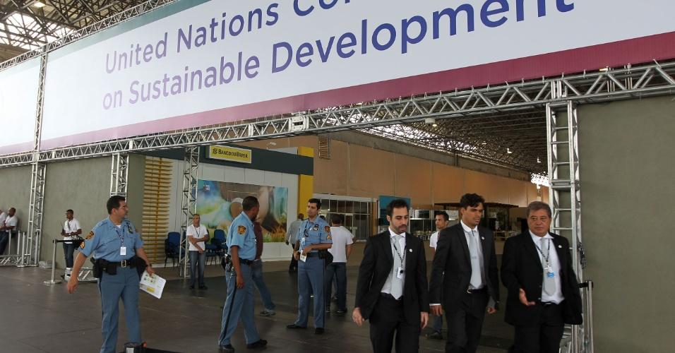 Seguranças da ONU dentro das instalações do Riocentro