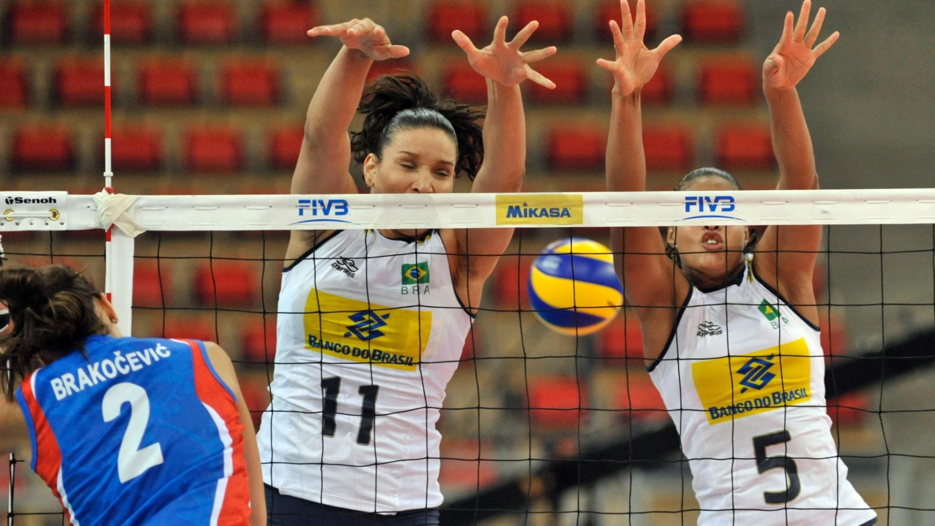 Tandara e Adenízia tentam o bloqueio duplo na partida contra a Sérvia pelo Grand Prix