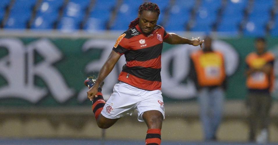Vagner Love, atacante do Flamengo, chuta bola em partida do Brasileiro contra o Coritiba