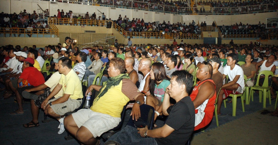 10.jun.2012 - Filipinos se re&#250;nem em est&#225;dio na cidade de General Santos para assistir &#224; transmiss&#227;o do confronto de boxe entre o &#237;cone do esporte no pa&#237;s, Manny Pacquiao, e o americano Timothy Bradley
