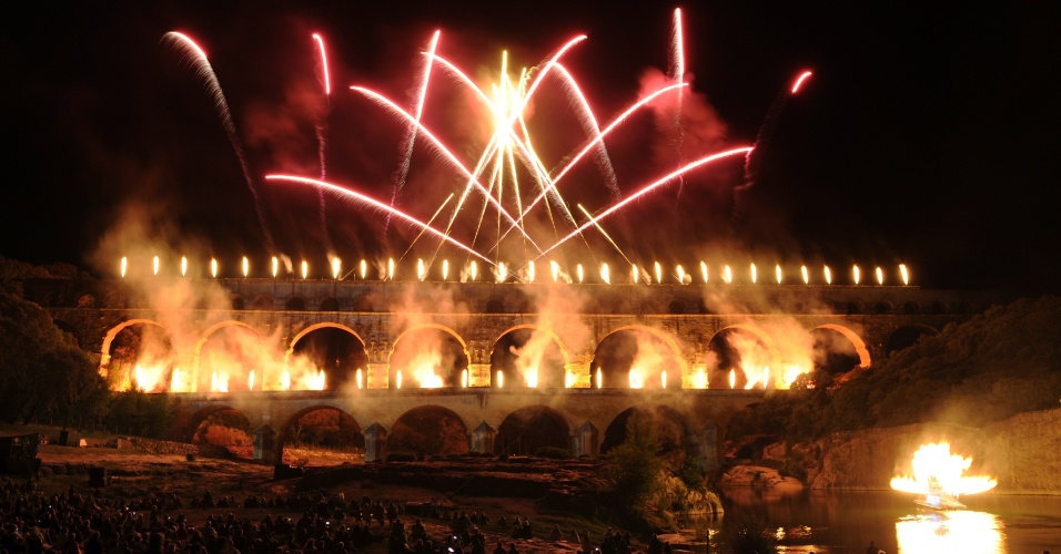 10.jun.2012 - Franceses assistem &#224; queima de fogos no aqueduto romano &#34;Ponte do Gard&#34;, promovido pela companhia Groupe F, na cidade de Remoulins