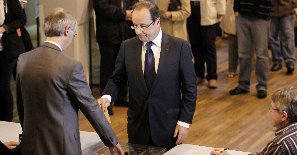 10.jun.2012 - O presidente franc&#234;s, Fran&#231;ois Hollande, vota em col&#233;gio eleitoral em Tulle, na Fran&#231;a, durante elei&#231;&#245;es legislativas no pa&#237;s