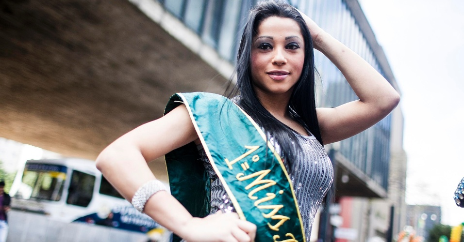 10.jun.2012 - Participante fantasiada de Miss Brasil chega na manh&#227; deste domingo (10) &#224; avenida Paulista para a 16&#170; edi&#231;&#227;o da Parada do Orgulho LGBT de S&#227;o Paulo