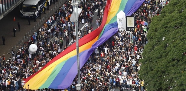 10.jun.2012 - A Parada do Orgulho LGBT de São Paulo reuniu cerca de 270 mil pessoas no ano passado