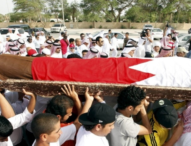10.jun.2012 -  Protesto durante funeral de manifestante no Bahrein