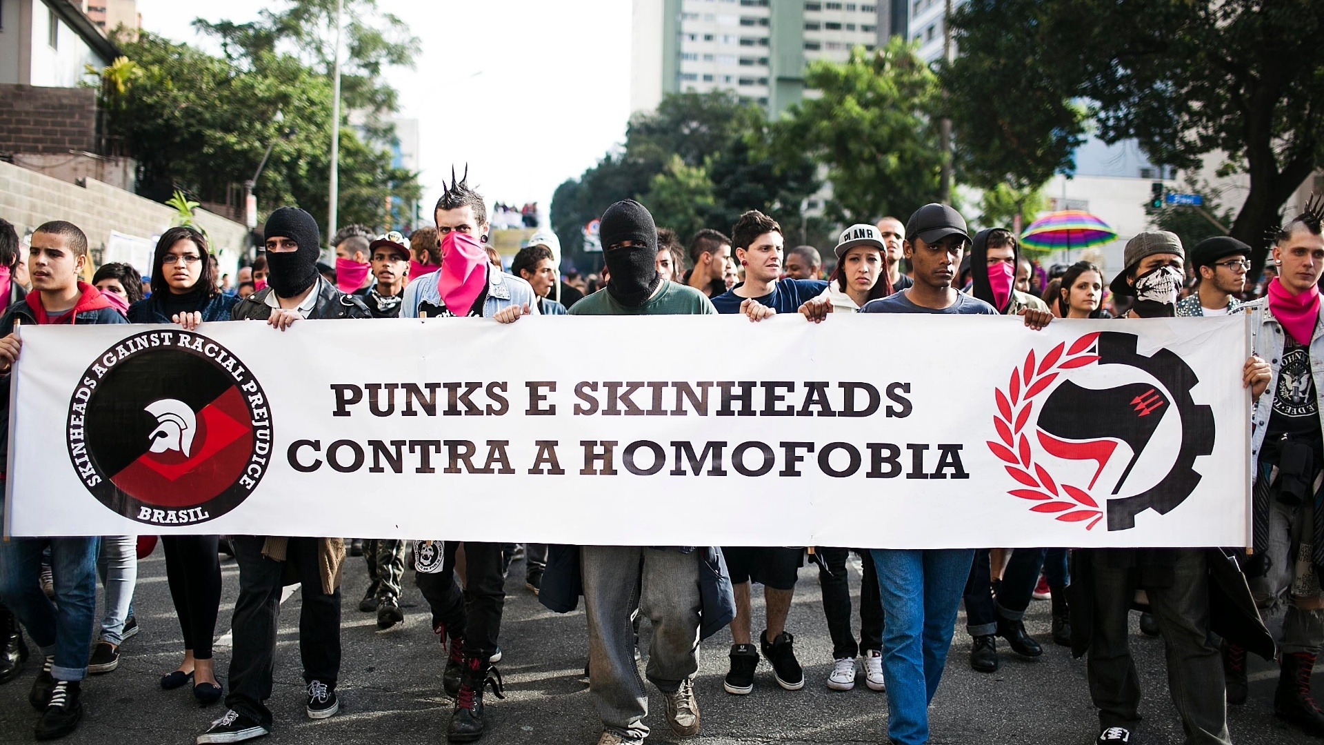 10.jun.2012 - Punks e skinheads protestam contra a homofobia na tarde deste domingo (10) durante a 16 edio da Parada do Orgulho LGBT de So Paulo, na avenida Paulista 