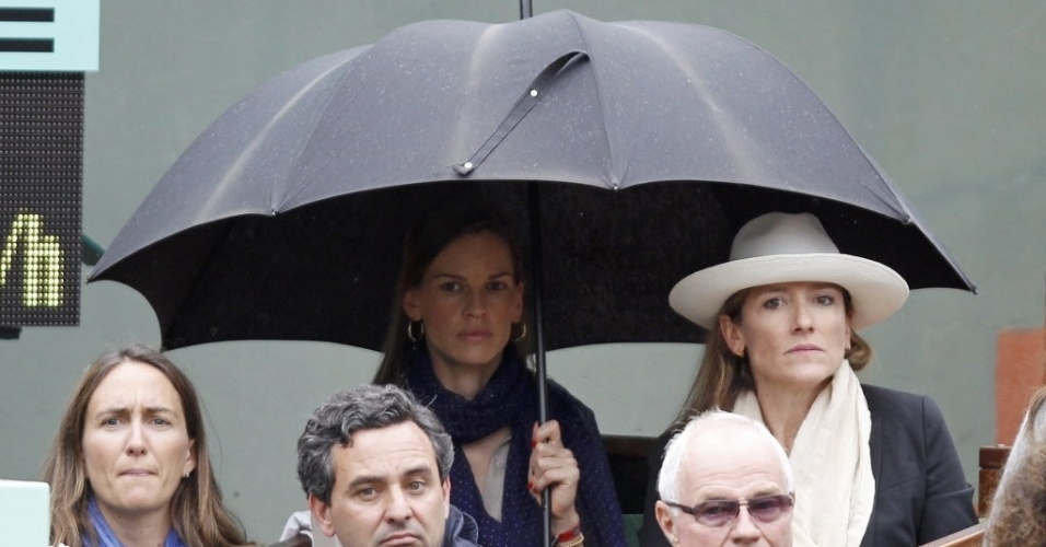 A atriz Hilary Swank se protege da chuva durante final de Roland Garros