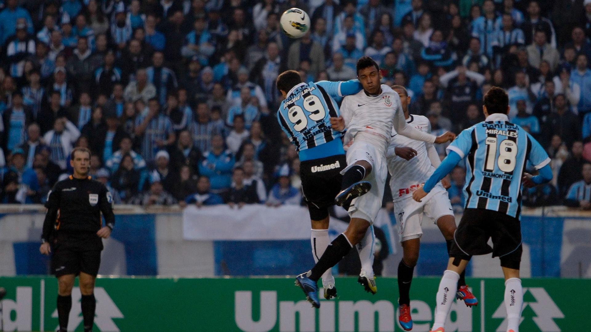 André Lima, atacante do Grêmio, tenta cabeceio após cruzamento durante a partida contra o Grêmio