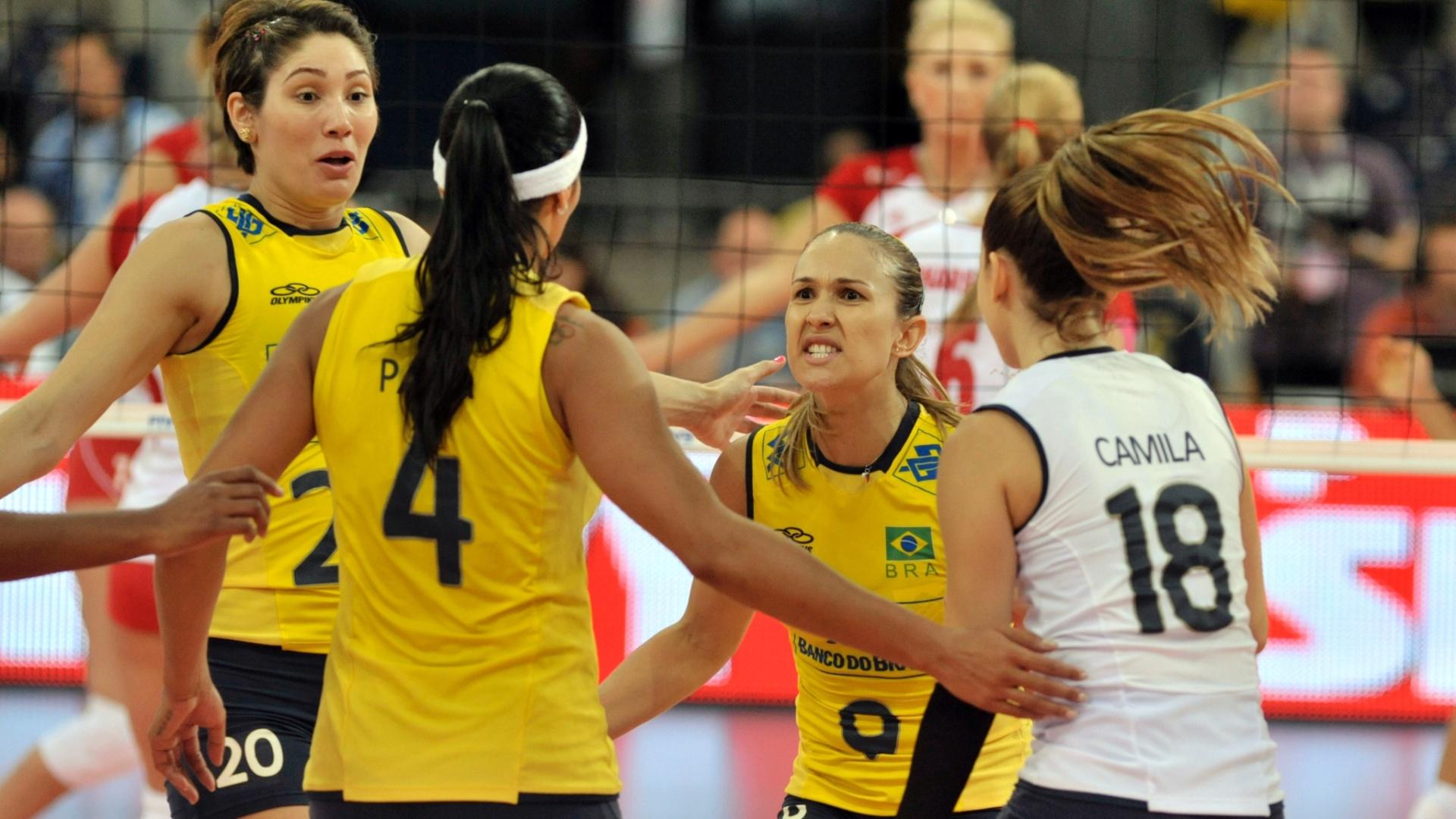 Brasileiras comemoram ponto marcado contra a Polônia em partida válida pelo Grand Prix