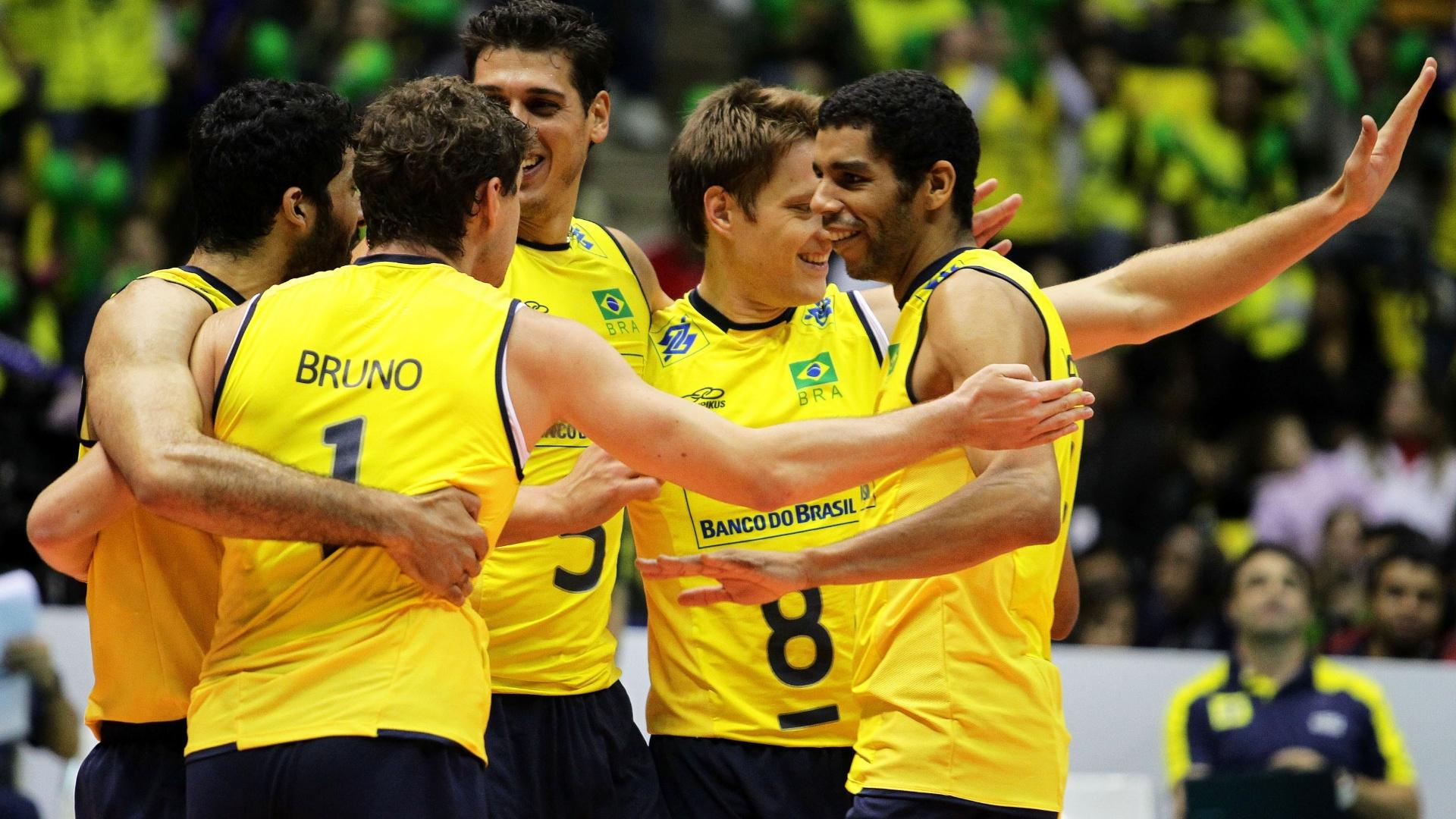 Brasileiros comemoram ponto durante a vitória brasileira sobre a Polônia por 3 a 1