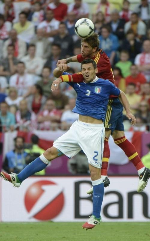 Christian Maggio, da Itália, disputa bola com o espanhol Sergio Ramos em partida da Euro