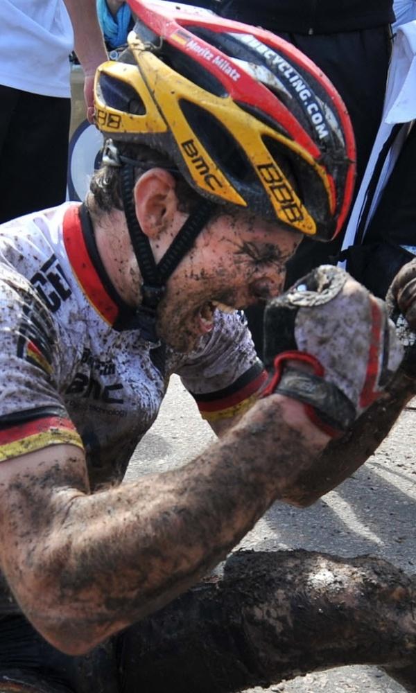 Ciclista alemão Moritz Milatz comemora a vitória no Campeonato Europeu de Mountain Bike, em Moscou