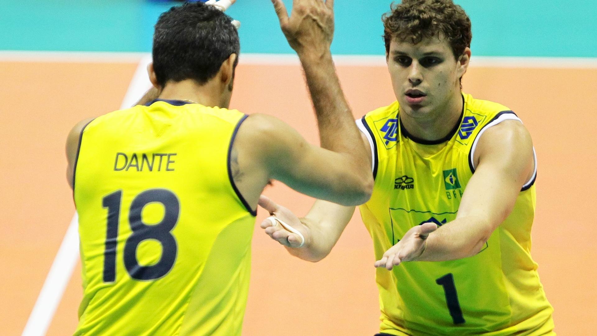 Dante e Bruninho se cumprimentam antes do início da partida