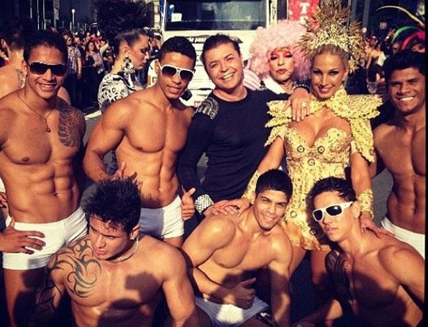 David Brazil postou em seu Twitter uma foto com a dançarina Valesca Popozuda cercada de homens seminus na Parada Gay em SP (10/6/12)