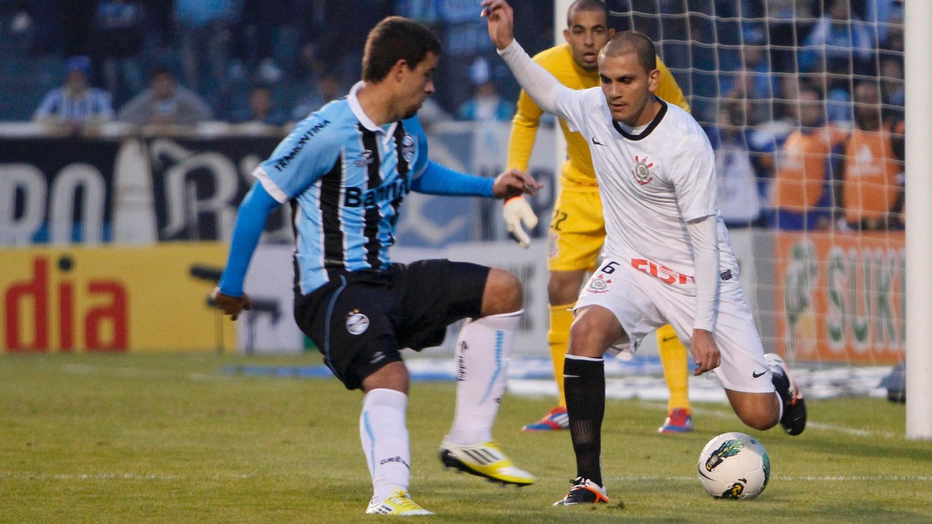 Fábio Santos tenta driblar André Lima à frente da área do goleiro Danilo Fernandes, do Corinthians