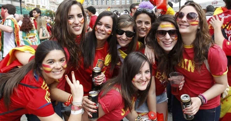 Grupo de torcedoras espanholas posa para foto antes da partida entre Espanha e Itália pela Euro-2012