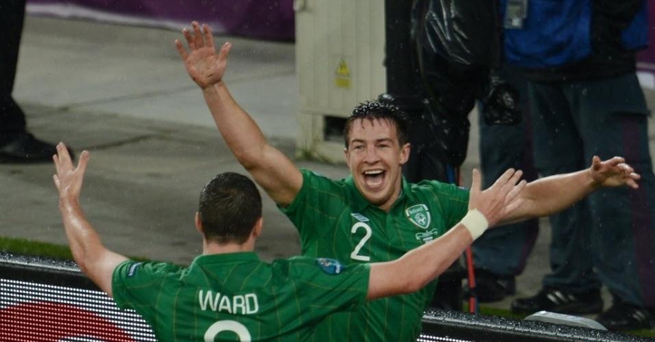 Irlandês Sean St Ledger (d.) celebra com Stephen Ward após marcar contra a Croácia em partida da Eurocopa