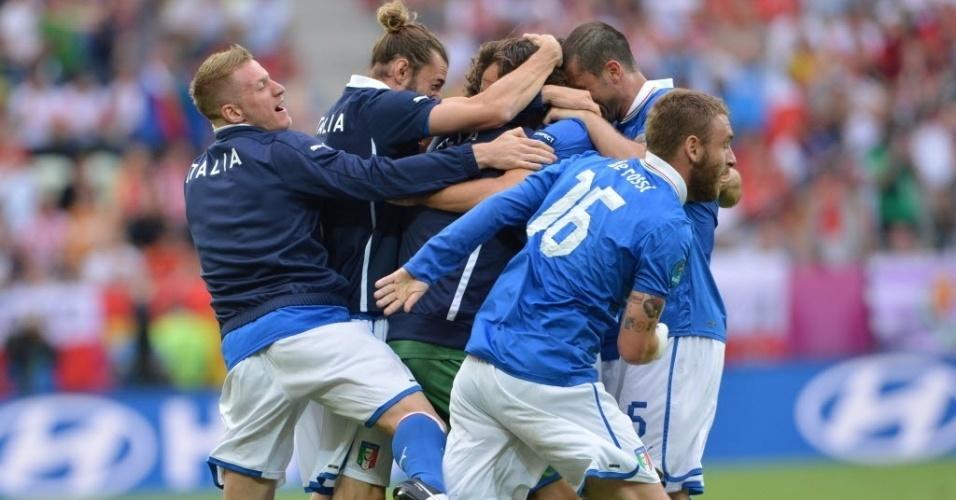 Jogadores da seleção da Itália celebra gol em partida da Eurocopa contra a Espanha