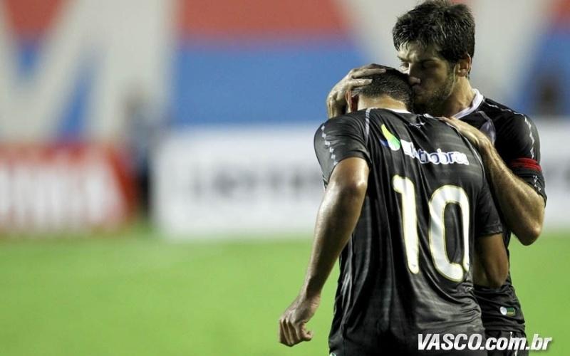 Juninho Pernambucano dá um beijo na cabeça de Diego Souza após o camisa 10 marcar no jogo contra o Bahia