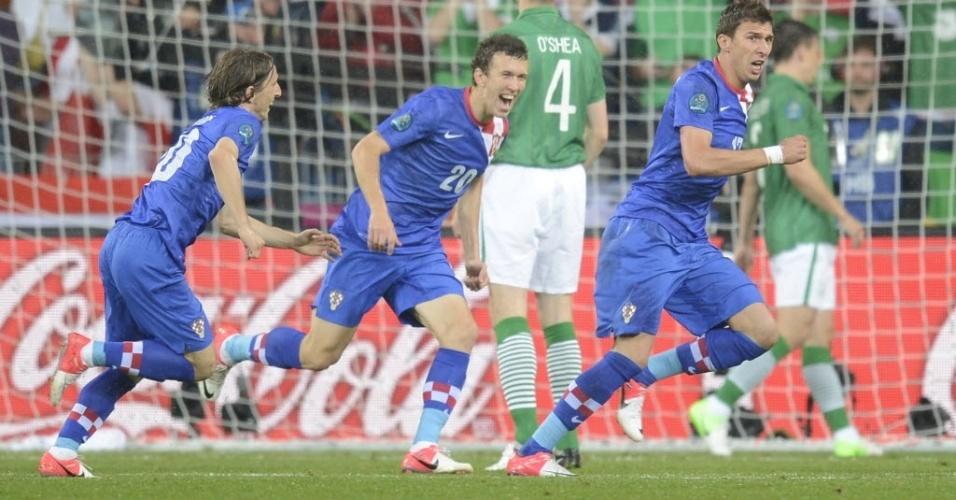 Mario Mandzukic (d.), da Croácia, celebra após marcar contra a Irlanda em partida da Eurocopa
