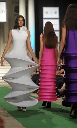 Modelos desfilam criações geométricas e monocromáticas de Pierre Cardin. A nova coleção de alta-costura foi apresentada no Palácio Real de Belgrado, capital da Sérvia (09/06/2012)
