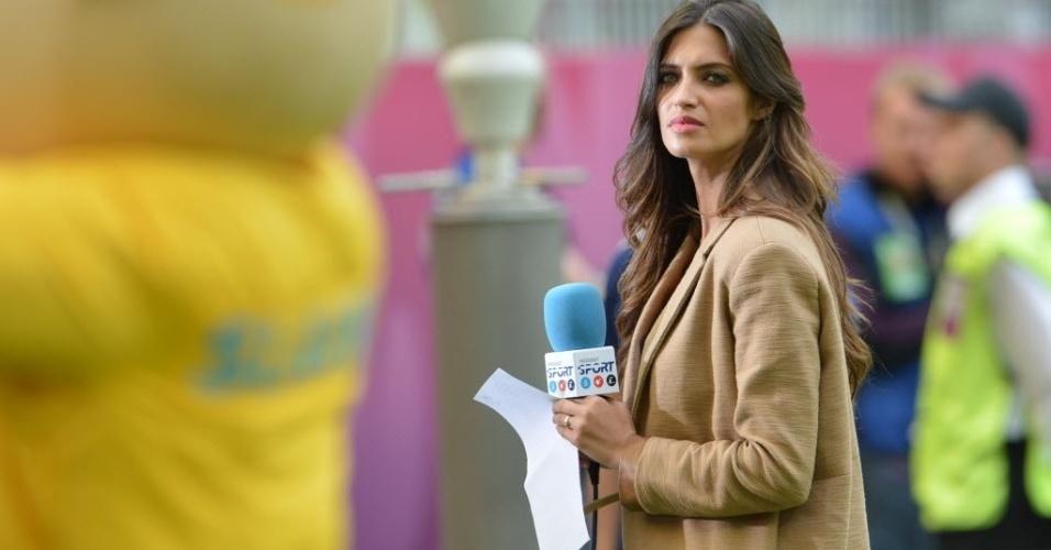 Namorada do goleiro Casillas, repórter Sara Carbonero aguarda no gramado da Gdansk Arena pela partida entre Itália e Espanha