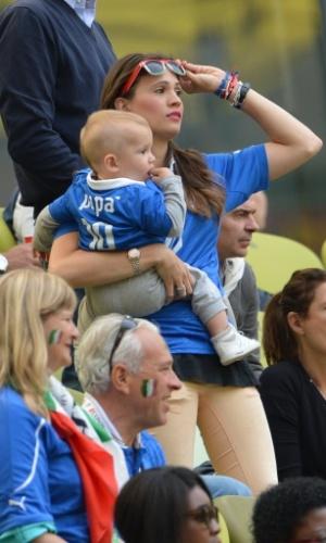 Namorada do italiano Cassano aguarda com o filho pela partida entre Itália e Espanha