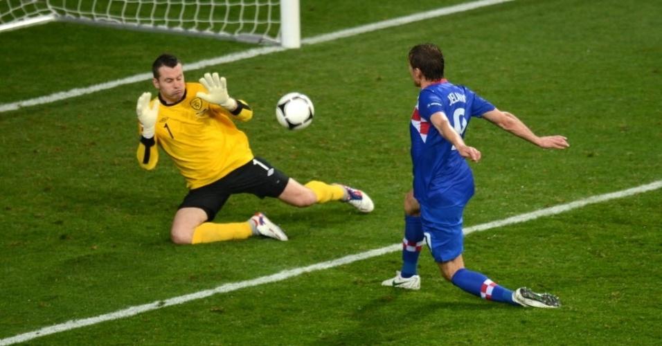 Nikica Jelavic (d.), da Croácia, chuta para marcar gol em Shay Given, da Irlanda, em jogo disputado em Poznan