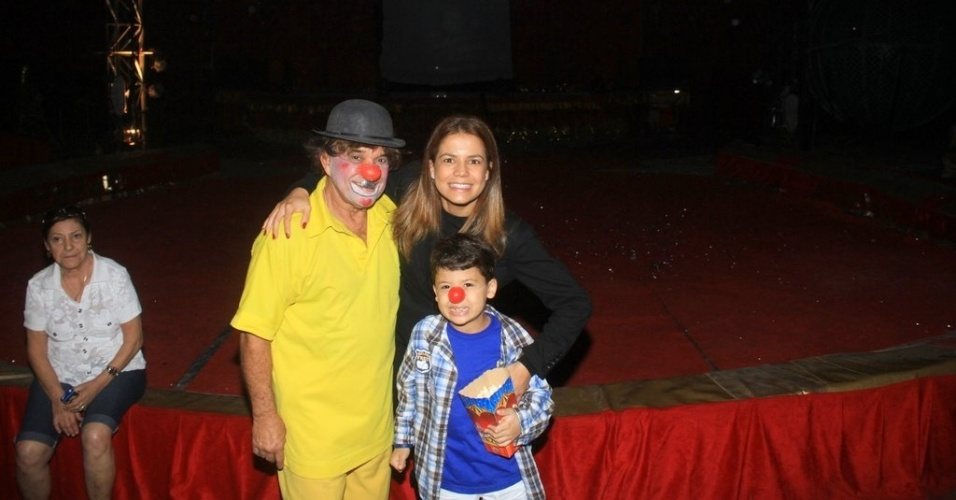 N&#237;vea Stelmann leva o filho ao circo no Rio (10/6/2012)