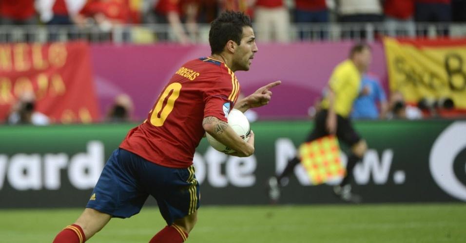 Espanhol Cesc Fabregas corre com bola após empatar jogo contra a Itália na Eurocopa