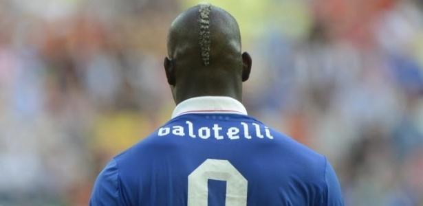 Assim como Torres, o italiano Balotelli desperdiçou incrível chance no clássico