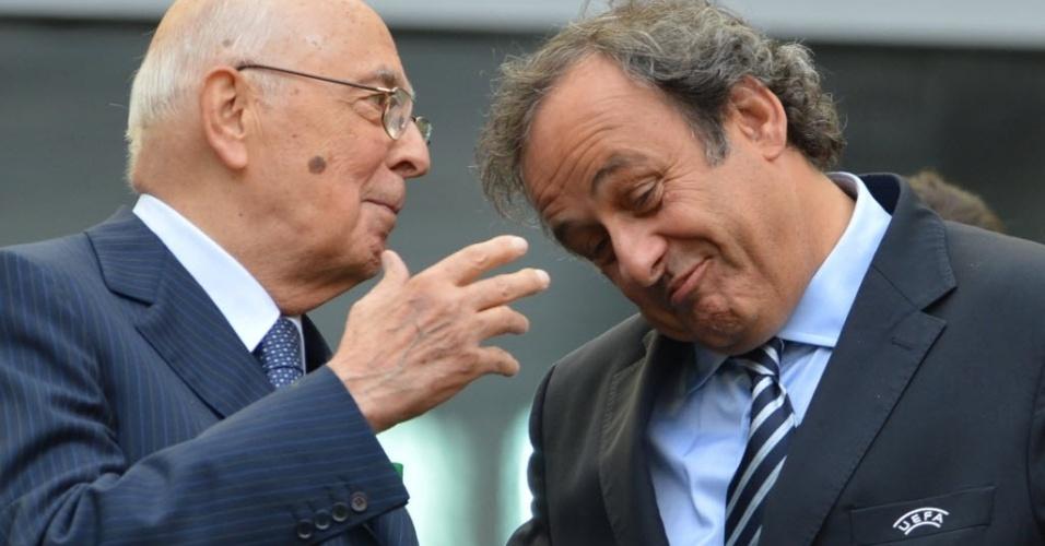 Presidente da Uefa, Michel Platini (dir.) conversa com o primeiro ministro da Itália Giorgio Napolitano