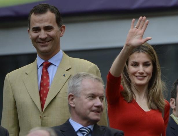 Príncipe Felipe e Princesa Letizia, da Espanha, acenam para o público na partida entre Itália e Espanha pela Euro-2012