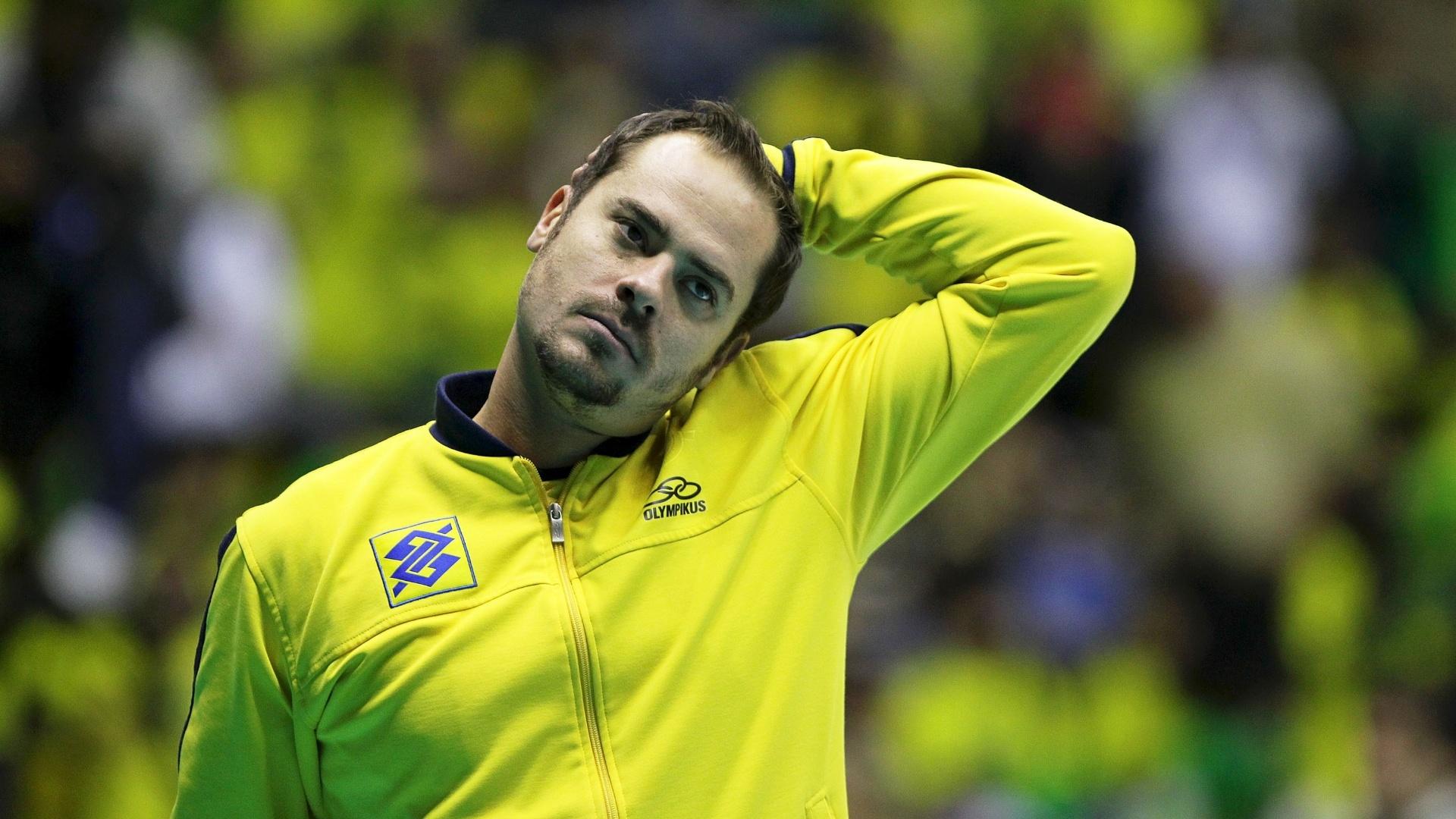 Ricardinho se alonga antes da partida entre Brasil e Polônia pela Liga Mundial de Vôlei