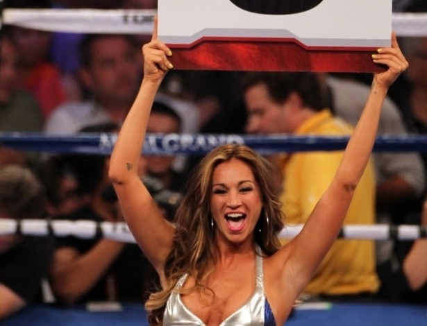 Ring girl mostra placa do oitavo round de Pacquiao x Bradley