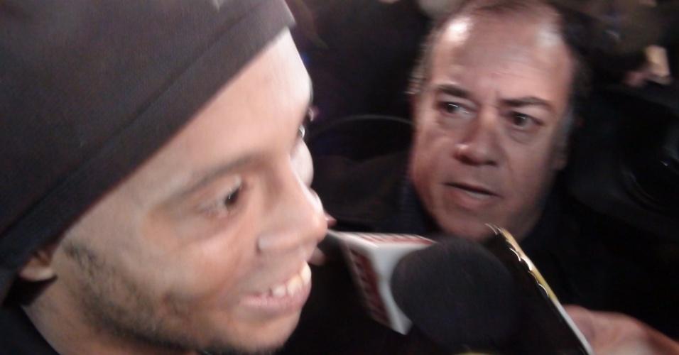 Ronaldinho Gaúcho é cercado por jornalistas após sua estreia contra o Palmeiras