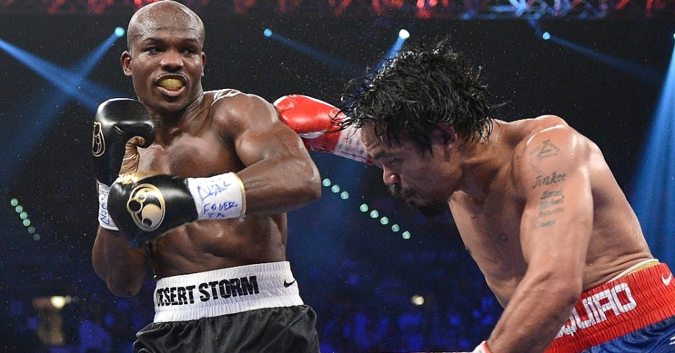 Timothy Bradley golpeia Manny Pacquiao em sua vitria em Las Vegas, surpreendendo o ento campeo dos meio-mdios da OMB