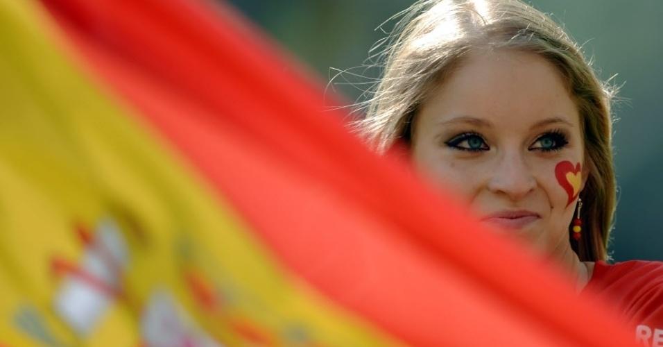 Torcedora espanhola aguarda pela partida entre Espanha e Itália na abertura do Grupo C da Euro-2012