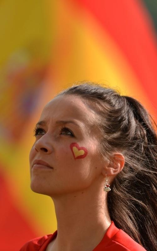 Torcedora espanhola pinta rosto com as cores de seu país antes da partida contra a Itália pela Eurocopa