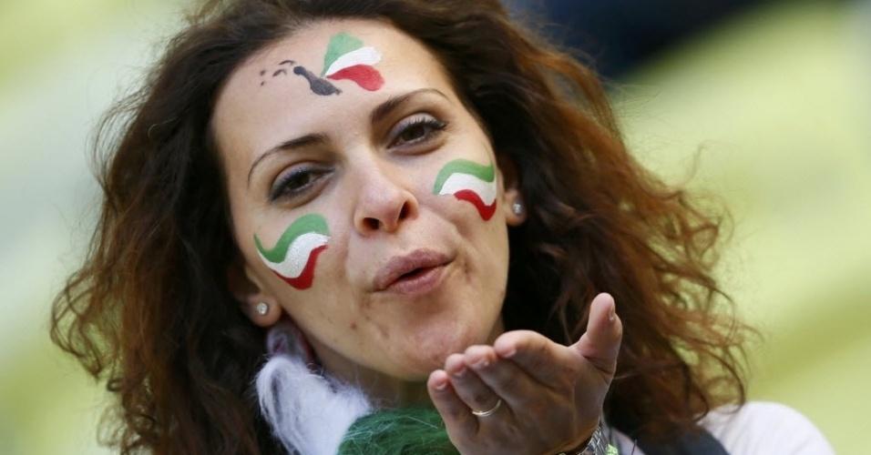 Torcedora italiana aguarda partida entre Itália e Espanha pelo grupo C da Euro