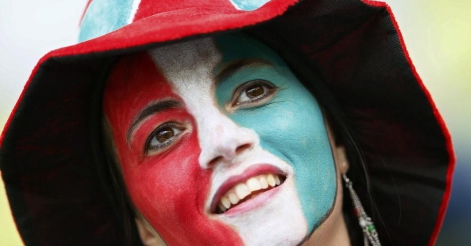 Torcedora italiana pinta o rosto com as cores de sua seleção